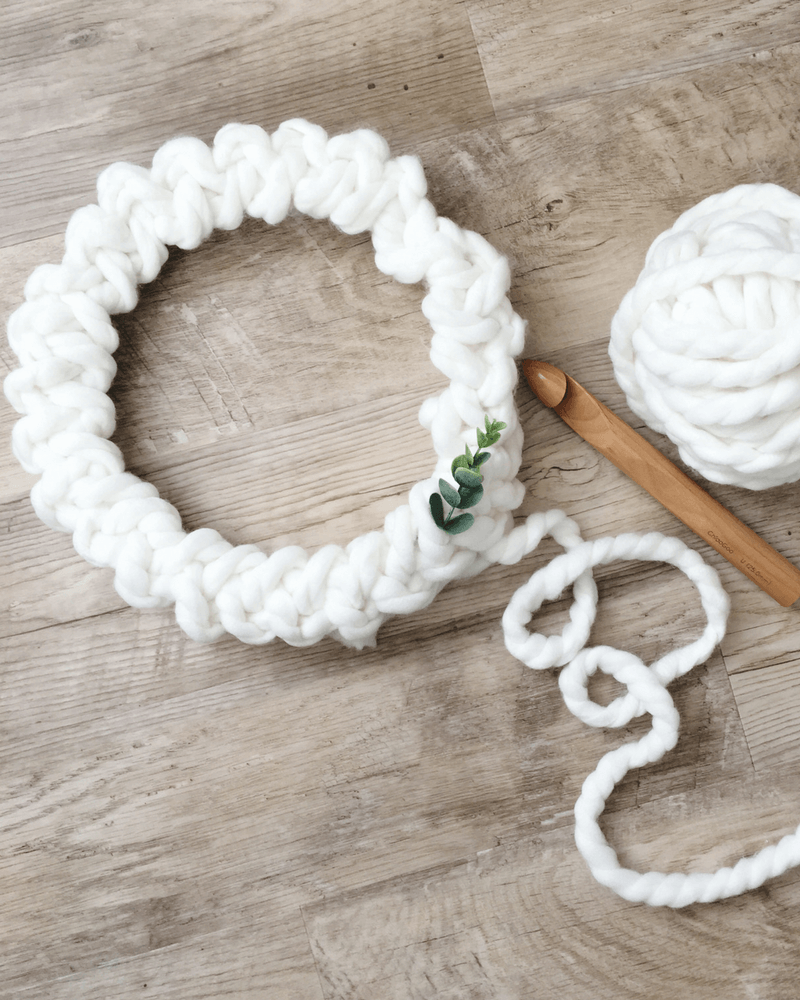 A minimalist crochet Christmas wreath that works up fast. DIY Christmas decorations that don't look homemade.