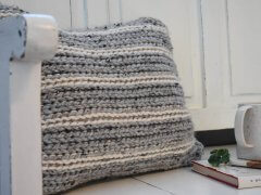 a free crochet pillow pattern that has the look of knit. I love the grey and cream neutral yarn!