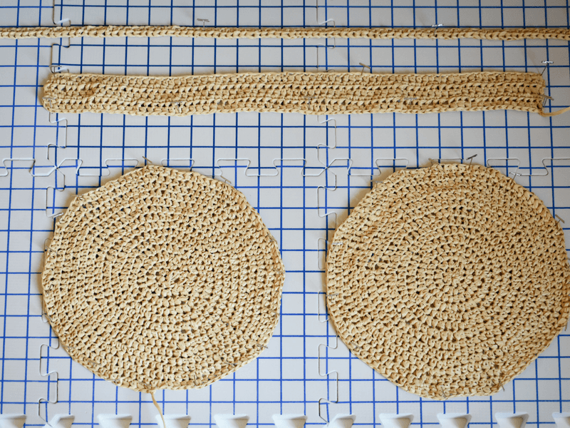 how to crochet a bag and purse with raffia yarn. Steam blocking is the trick to getting a flat round bag.